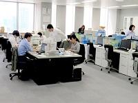 https://iishuusyoku.com/image/オープンなオフィスになっているので、分からないことは近くの先輩社員に気軽に聞くことが出来る環境です!