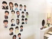 https://iishuusyoku.com/image/エントランスにはメンバーの似顔絵が!優秀なデザイナーが揃い、3DCGアニメーションやキャラクターデザインなども手掛けています。