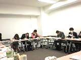 http://iishuusyoku.com/image/2ヵ月に一度報告会をおこなって、プ ロジェクトの状況などを全社員で共有します。様々なアドバイスもあり、社 員同士のコミュニケーションの場としても機能しています。