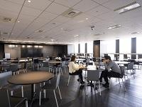 https://iishuusyoku.com/image/スタイリッシュなスタジオラウンジを兼ね備えたオフィス。都会を一望できるラウンジは、プレスパーティーなどのイベントに使われることも。