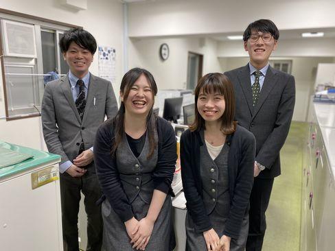 http://iishuusyoku.com/image/写真は、大阪本社の社員の皆さんです。離職率が低く、産休育休明けに復職される女性社員の方もいらっしゃいます。