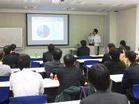 https://iishuusyoku.com/image/年末には全体会議を行い今後の方向性をしっかり見定めます。海外研修を行った社員から報告もあったりと、学べる機会は豊富です!