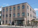 https://iishuusyoku.com/image/2012年に新築された本社社屋。社内スペースにもゆとりがあり快適な環境で働いていくことができます。名古屋駅や金山駅からはバスで15分程度。試用期間後はマイカー通勤もOKです。