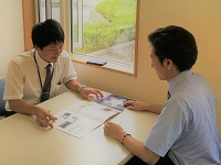 https://iishuusyoku.com/image/メーカー担当者とのコミュニケーションも大切な仕事です。どの商品をいくらで仕入れて・・・営業の腕の見せ所!