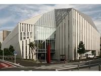 ピアノの白鍵をイメージした東京音楽大学の100周年記念本館。コンクリートそのものに意匠性を持たせ、建物の「表情」を創りだしています!