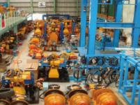 https://iishuusyoku.com/image/倉庫内では建設用機械が次のレンタル先に向けて修理メンテナンスを行っています!東京五輪の施設もこの機材によって作られるかも!?