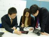 http://iishuusyoku.com/image/基本的に3名~数十名からなるチームへの配属ですので、お互いにアドバイスしたり、相談しあったり。それぞれ切磋琢磨しながら、開発に打ち込んでいます。