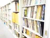 http://iishuusyoku.com/image/文献が並ぶ同社の資料室。過去の実績や文献から、新しいアイデアとなるヒントを得ることもあるんです。