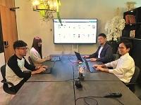 https://iishuusyoku.com/image/インダストリアル調の大きなミーティングデスクは、社長とメンバーによるDIYで作ったオリジナルのデスクなのだそう!