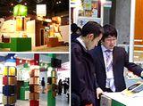 https://iishuusyoku.com/image/こちらは展示会の様子。同社の営業マンが、お客様に対して一つ一つ丁寧に対応しています。年に数回、東京をはじめとする地方で開催される展示会に参加し、商品のPRを行っています。