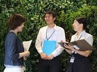 https://iishuusyoku.com/image/社内の打ち合わせ風景です。営業メンバーで意見やアイデアを交換。お客様への提案ヒントが見つかることも。