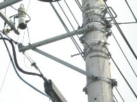 <日本の電柱の25%のシェアを誇ります> バンドや突出し金物、らせん状ハンガ…電線・電柱には同社の金属製品が沢山利用されています。