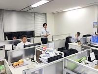活気があり、明るく清潔感あるオフィス。一角には、同社の機器類が並びます。