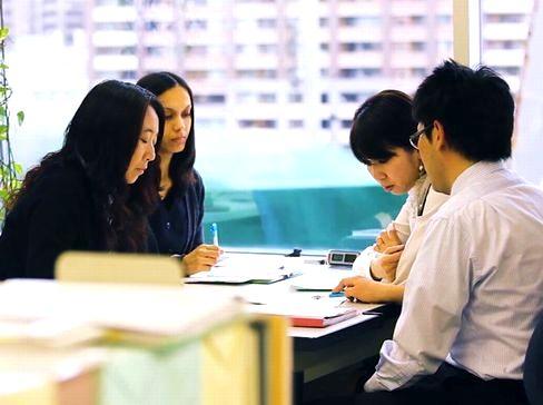 https://iishuusyoku.com/image/土日祝休みで残業も月20h程度と、仕事とプライベートを両立しながら無理なく働くことができます。また社員が安心して育児や介護と仕事を両立できるよう、両立支援制度を充実させ、職場環境の整備に努めています。