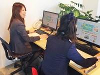 http://iishuusyoku.com/image/事務スタッフの仕事風景です。いつも隣に先輩がいるので、わからないことがあればすぐに相談できる環境です。
