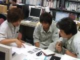 https://iishuusyoku.com/image/打合せの風景。みなさんとても真剣。メリハリをつけて仕事をしています。