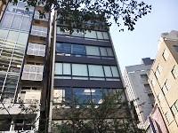 百貨店やブランドショップが並ぶ銀座の一等地にある、自社ビル。複数路線使用できるので、通勤便利!