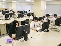 http://iishuusyoku.com/image/静かで集中できる社内。自社で開発したタスク管理ソフトで業務効率化を徹底し、無駄な残業を削減しています!