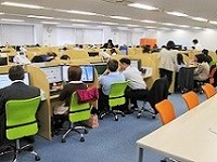 https://iishuusyoku.com/image/1996年に北海道にて創業。写真は、ゆったりとした机に大画面のデスクトップのある札幌本社オフィスです。