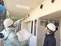 https://iishuusyoku.com/image/図面を片手に作業状況を確認していきます。実際の作業は行いませんが、最終的な品質管理は施工管理の大事な仕事です。