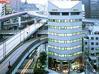 配属先となる大阪本社は、人気のオフィス街の「本町駅」からスグで通勤にも便利。自社ビルで、1階には同社のショールームもあります。