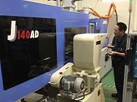 http://iishuusyoku.com/image/まずは製造業務からスタート。機器の操作方法を先輩がOJTで教えますので、未経験からのスタートでも大丈夫!