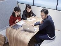 https://iishuusyoku.com/image/ミーティング風景。クライアントの声をクリエイターに的確に伝え、プロジェクトを成功に導いていきます。