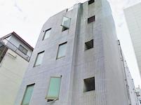 本社は大門駅から徒歩3分。明るく風通しの良いオフィスです。
