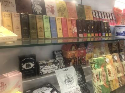 https://iishuusyoku.com/image/自社ビルのエントランスには、同社が輸入するおしゃれな欧米菓子や紅茶がずらりと並んでいます!