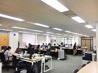 https://iishuusyoku.com/image/新しいオフィスに移転!都営地下鉄の「三田」駅、JRの「田町」駅からすぐで通勤便利。明るく活気のある社内。