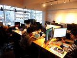 https://iishuusyoku.com/image/大きな窓の明るい木目調オフィスです。社内開発中心なので、あなたのデスクで思いっきり技術探求に集中することができます。