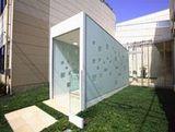 大阪本社のエントランスのコンセプトは宙(そら)!入り口の部分は、天窓から差し込む光が時間帯によって姿を変え、自然の動きを感じられる空間を演出しています。