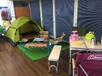 http://iishuusyoku.com/image/同社で販売しているテント用品の一部。合計20万点以上といった豊富な商品のラインナップが同社の強みです。