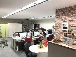 https://iishuusyoku.com/image/落ち着いた雰囲気のオフィスです。事務所にはコーヒーメーカーがあり、その他にもお茶やハーブティーなどが常備されています。