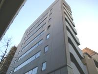 明治通りにある同社の社屋。駅からも近く側には六本木ヒルズも見えます!