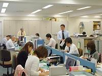 オフィス内の雰囲気です。一人一人に十分なスペースと機能的なレイアウトにより仕事をしやすい環境が整っています。