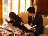 http://iishuusyoku.com/image/カフェのような雰囲気の中で「ウェディングパーティ」の打ち合わせ。イメージが伝わりやすいよう、見本を用いて提案します!