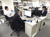 https://iishuusyoku.com/image/オフィスの様子。応接ブースには特許の証書なども飾ってあり、全体的に清潔感があります。社員同士の距離も近く、少数精鋭組織独特の静かな活気が満ちています。腰を据えて、永く働いていける環境です。