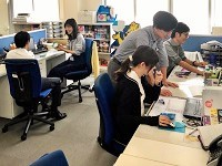 https://iishuusyoku.com/image/営業部の平均年齢は32歳。明るく活気のある社内。営業と営業サポートがペアとなって業務を進めています。