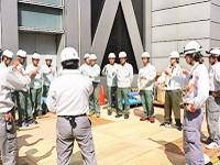 新築工事の際には、始業時に朝礼を実施。タブレット利用による作業指示・安全指示が行われています。