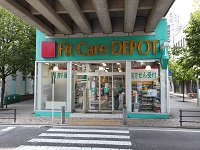 https://iishuusyoku.com/image/ブルーラインで約55万人、グリーンラインで約15万人が利用する、横浜市営地下鉄。その高架下のスペースに店舗をつくっています。