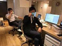 東京Officeは新築。明るいデザイナーズオフィスです!コーヒーブレイクしている先輩たちは、いい就職プラザから入社しています!