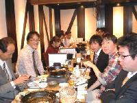 http://iishuusyoku.com/image/時には社員のみんなで食事に行くことも。仕事のことだけでなく、趣味の話で盛り上がることも多く、ざっくばらんな雰囲気です。年齢が近い若手の先輩も多くいます!