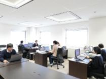 https://iishuusyoku.com/image/客先常駐ではなく同社のオフィスで全社員が仕事をします。ワンフロアなので、わからないことはすぐに相談でき安心です。