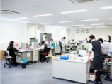 https://iishuusyoku.com/image/オフィスレイアウトもゆとりがあります。社内コミュニケーションも活発です。堅実な経営と安定した業績が自慢です
