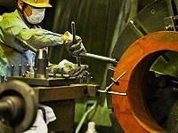 水道管は毎回ミリ単位でサイズが変わるので、調整にとても気を使います。熟練の職人技が光ります!