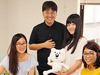 https://iishuusyoku.com/image/写真中央が代表です。「たとえ日本市場を捨ててでも海外に集中しよう」という決意のもと会社を設立されました。
