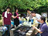 http://iishuusyoku.com/image/社員だけでなく社員の家族も交えてBBQなど、社員同士の親睦を深めるイベントも開催♪その他フットサル、登山など様々なレクリエーションをしています。