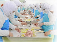 https://iishuusyoku.com/image/タイの自社工場では350名を超えるスタッフが在籍し、一つひとつ手作業で食品を加工しています。