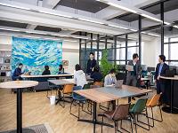 https://iishuusyoku.com/image/サポート職のデスクは、毎日、気分や 行う仕事によって座る場所を変えられるフリーアドレスです。カフェ気分で仕事もはかどります。